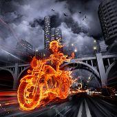 Esqueleto ardiente manejando una motocicleta