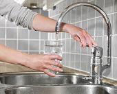 Llenar un vaso de agua
