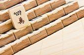 Oude chinese spel mahjongg op bamboe mat achtergrond