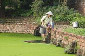 vietnamesische Frau bekommen Wasser
