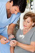 männliche Krankenschwester Messen Glukose Ebene Bluttest mit glüklich und Probe Streifen