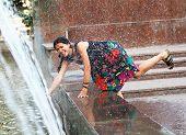 Entspannende schöne Mädchen mit Brunnen