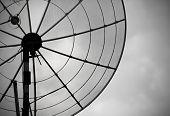 Vieja antena parabólica sobre fondo de cielo