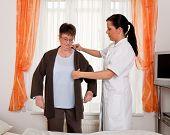 Enfermeira nos cuidados aos idosos