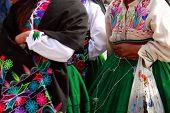 Mujeres peruanas en vestimenta tradicional