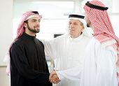 Personas de negocios árabe exitosas estrecharme la mano sobre un acuerdo
