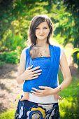mãe com bebê recém-nascido em um estilingue