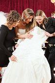 Braut an der Kleidung-Shop für Hochzeit Kleider, sie ist die Auswahl ein Kleid und eine Hochzeitssuite Kalbfleisch