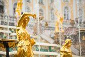 großen Kaskade Brunnen am Peterhof Palace, St. Petersburg, Russland.