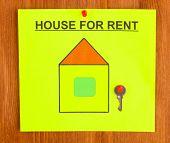 Poster über das Haus zu mieten, mit dem Schlüssel auf hölzernen Hintergrund hautnah