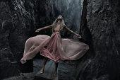 Mujer sexy en vestido rosa