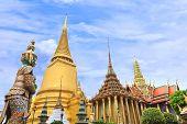 Pagode dentro área de Wat Phra Kaew