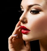 Make-up Gesicht. Beauty Woman with perfekt machen. Schöne professionellen Feiertag Make-up. Rote Lippen und