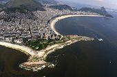 Vista aérea de águas poluídas com maré vermelha na praia de Copacabana no Rio de Janeiro, Brasil.