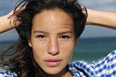 Porträt einer schönen jungen Frau am Meer