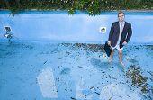 Постер, плакат: бизнесмен в бассейне