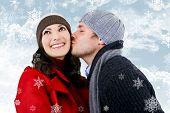 Um jovem casal apaixonado, rodeado por flocos de neve