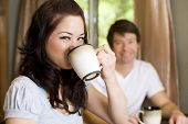 Pareja joven tomando café en su cocina
