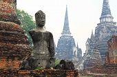 armlose Buddhastatuen sitzen in einem zerstörten Tempel in Ayutthaya, thailand