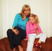 Porträt einer glücklichen Mutter mit ihrer kleinen Tochter