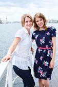Duas mulheres de Joyfull mulher feliz desfrutando de um tempo de cruzeiro