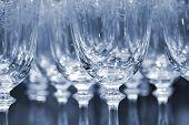 Linhas de copos de vinho vazias