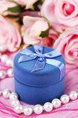 Rose en cadeau doos op roze doek