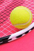 Pelota de tenis en la raqueta