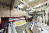Impresora grande para la impresión de gran formato es en la imprenta.