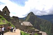 Touristen gehen in Machu Picchu-Website