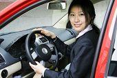 mujeres de negocios con su coche