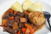 Bolinho de Suet de ensopado de carne e batatas
