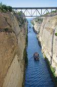 Navio atravessando o canal de Corinto, na Grécia