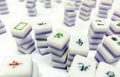 Een stapel van mahjong op tafel