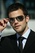 Portrait eines erfolgreichen jungen Mannes mit Sonnenbrille