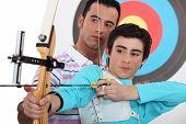 Adolescente praticando tiro com arco