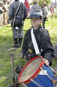 junge Konföderierten Schlagzeuger
