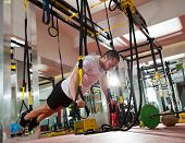 CrossFit fitness TRX push-ups man sporten in de sportschool