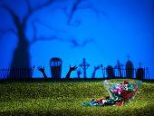 Cemitério e mãos de zumbi