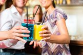 Jovens beber cocktails no bar se divertindo