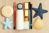 Kosmetik auf dem Meer-sand