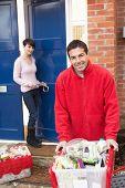 Hauslieferung Lebensmittelgeschäft Treiber entladen Kunde Einkaufen ist