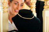 picture of collier  - Woman at the jeweller is looking for jewellery - JPG