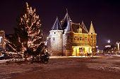 Постер, плакат: Средневековые здания De Waag в Амстердаме Нидерланды с рождественские