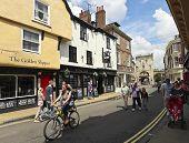 Una escena de Goodramgate soleado, York, Inglaterra