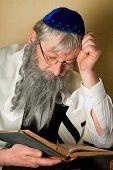 Leyendo un libro judío