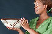 Постер, плакат: Традиционная африканская женщина глядя на Ботсвана корзины тёмный фон