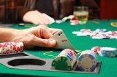 Homem, verificação de cartões durante o jogo de Poker