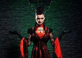 Halloween-Konzept: jung und sexy Lady Vampir im Kerker