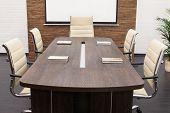 Mesa de negociaciones con la pantalla en la oficina